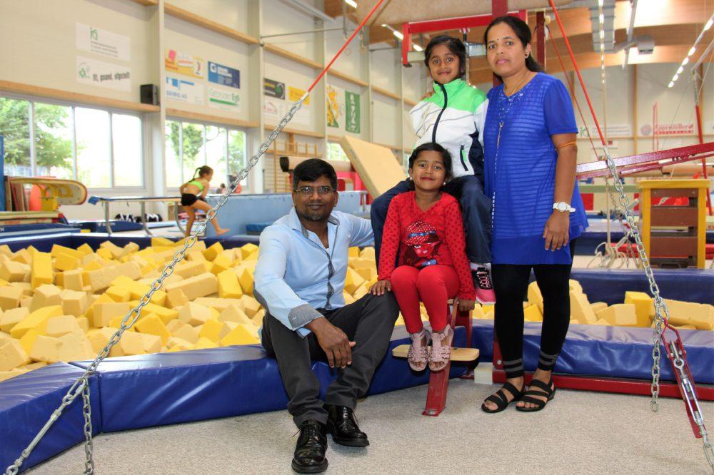 Die Familie Thavachelva begleitet ihre Thamilvily auf dem Weg, beim Kunstturnen Erfolg zu haben.